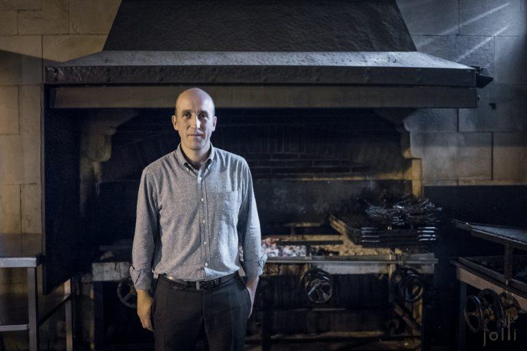 老板Aitor Arregui及餐厅的户外烤炉
