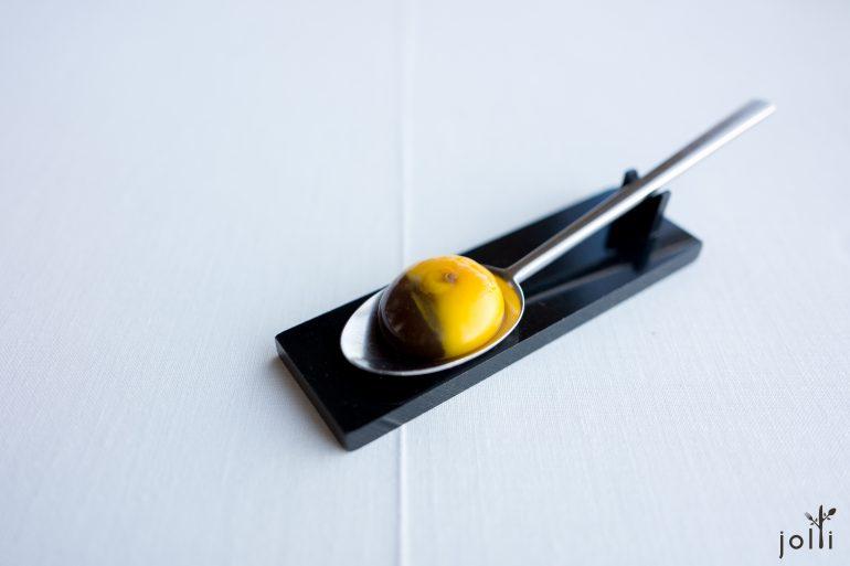 注入黑松露高汤的鸡蛋黄