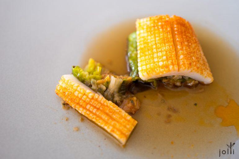 鱿鱼盖着椰菜和猪手