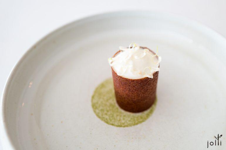 脆饼装有麴冰淇淋-绿茶慕斯-茉莉泡沫