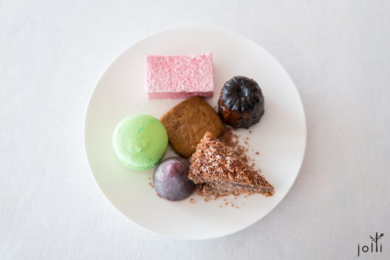 从甜品车选了各种甜点