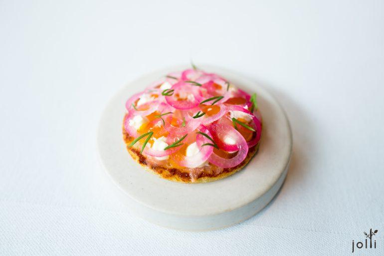 漬紅洋蔥及發酵鱒魚挪威馬鈴薯餅