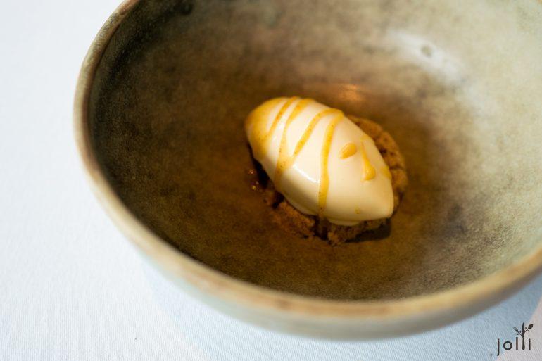 褐奶油冰淇淋搭蜜糖和烤榛子