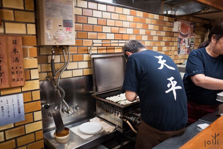 師傅將自家製餃子放入煎餃器