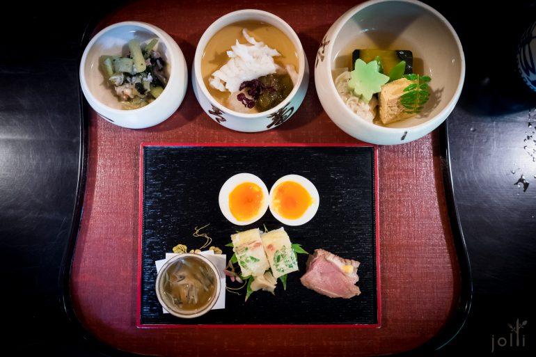 除了半熟蛋,八寸还装着鲷寿司、莼菜、芥末鸭肉