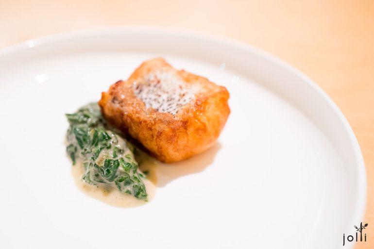 炸無須鱈配燉煮琉璃苣跟菊花葉