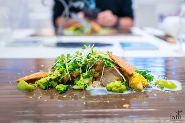 炖羊肉搭西兰花沙拉及干鲻鱼子