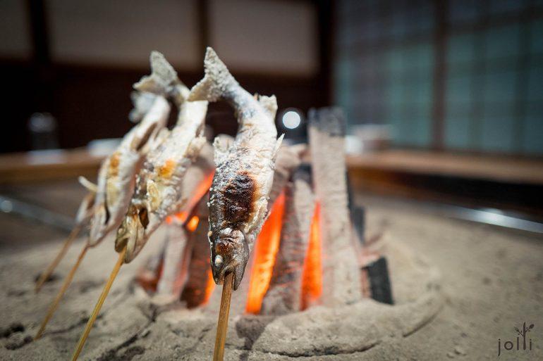 特意在鱼尾及鱼鳍铺盐防止烧焦