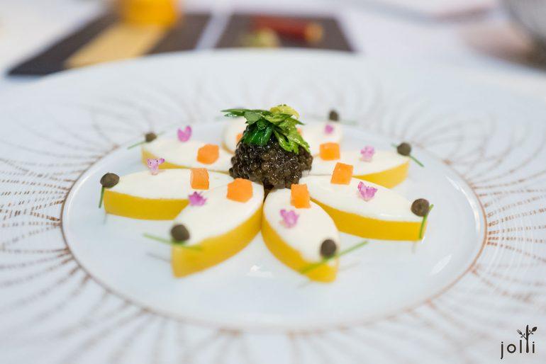 鱼子酱配土豆、酸奶油、烟三文鱼、水瓜柳及紫苏花