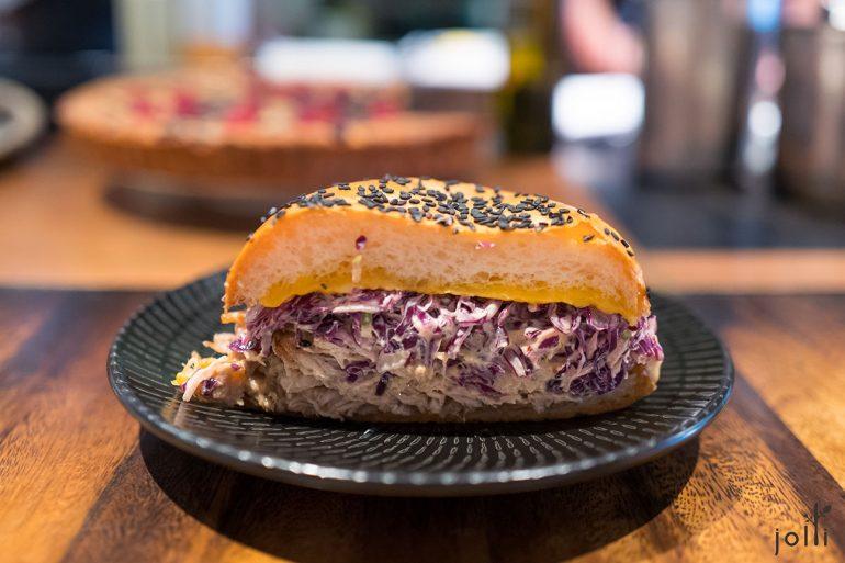 布里欧汉堡胚夹着手撕猪肩肉及紫甘蓝丝