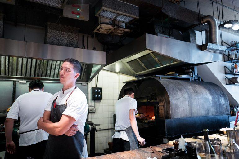 食物进出于定制的4吨烤炉