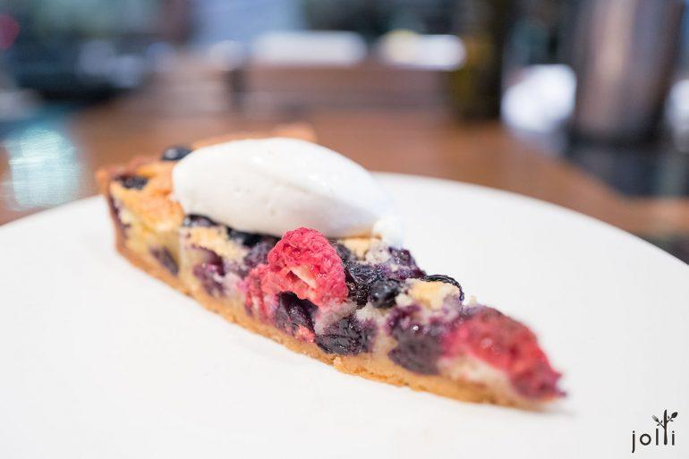 浆果挞铺满蓝莓和树莓