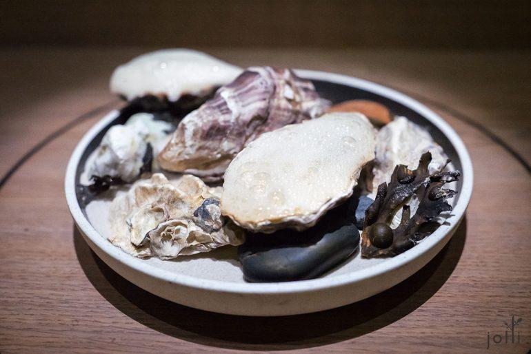 牡蛎配孔泰奶酪及烤骨髓