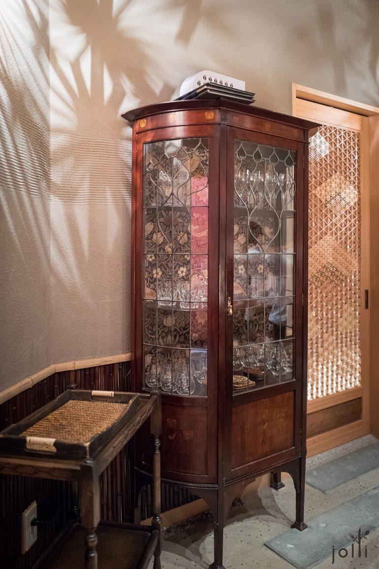英国古董手工木柜、图案精细的木门及灯光反射的几何图案