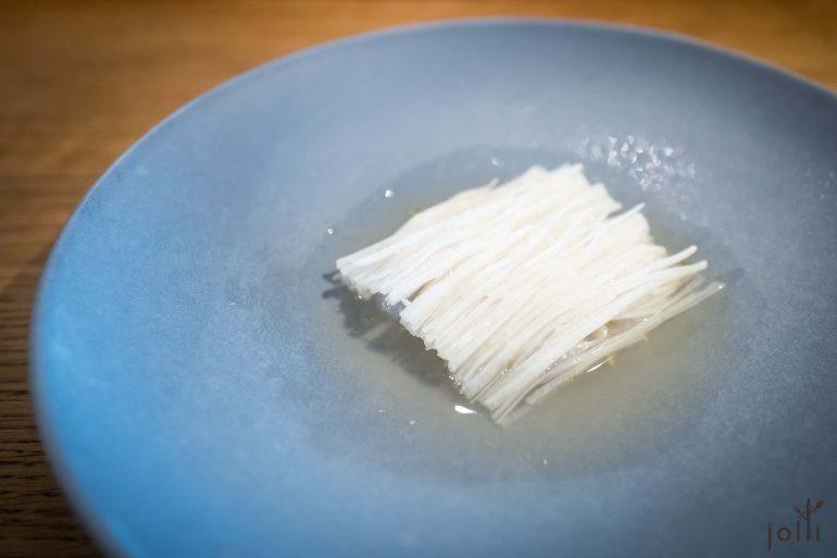 萝卜丝及盐腌鳕鱼配香茅柠檬清汤