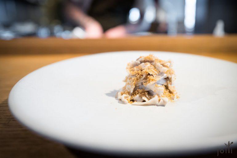 波托貝洛蘑菇麵條搭杏仁奶油及脆酸種麵包糠