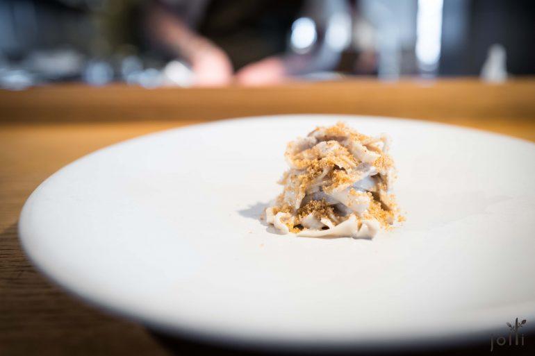 波托贝洛蘑菇面条搭杏仁奶油及脆酸种面包糠
