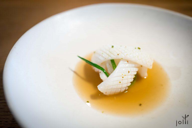 杜松盐煮鱿鱼配焦杜松枝干泡洋葱汁