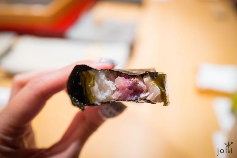 昆布包着腌鲭鱼、寿司饭、紫苏、芝麻及漬姜
