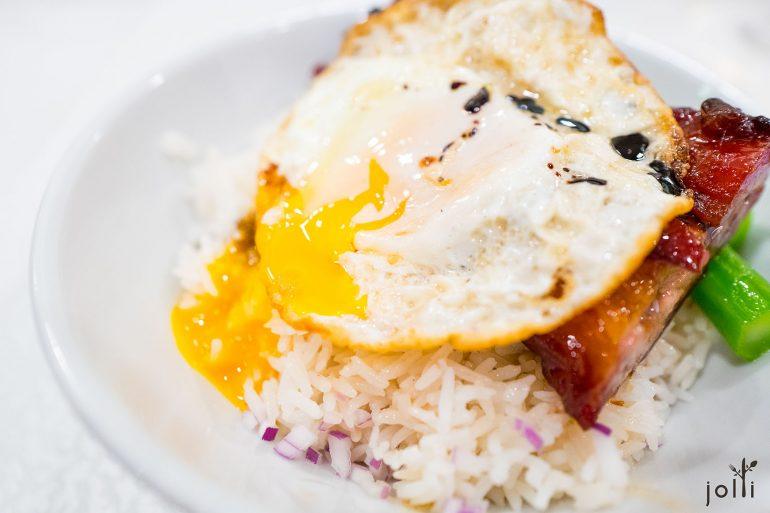 挤破流心蛋黄,跟紫洋葱碎及猪油一起拌入米饭里