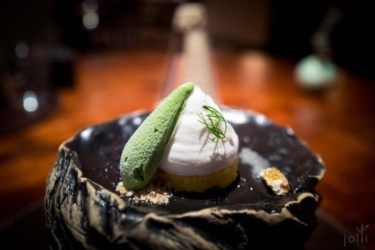 椰子水酢浆草薄荷冰沙配海绵蛋糕