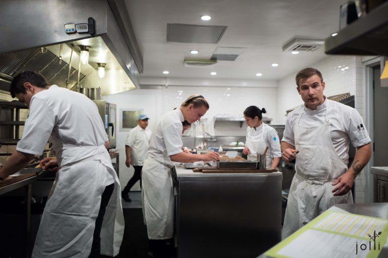 忙碌中的厨师们