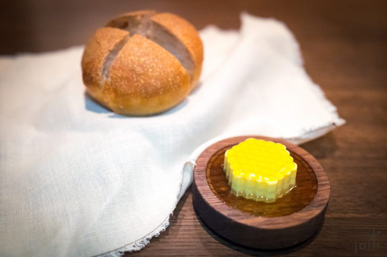 谷物面包配香橙花人参奶油