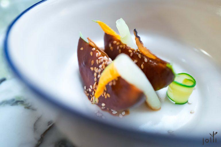 燒焦魚翅瓜配Mole醬、芝麻及玉米脆片