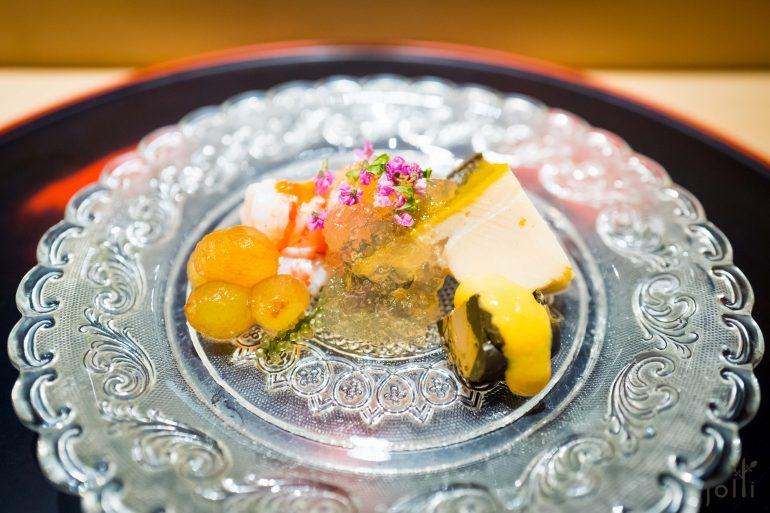 黑鲍鱼、鲍肝及明虾配柑橘酢果冻及海葡萄