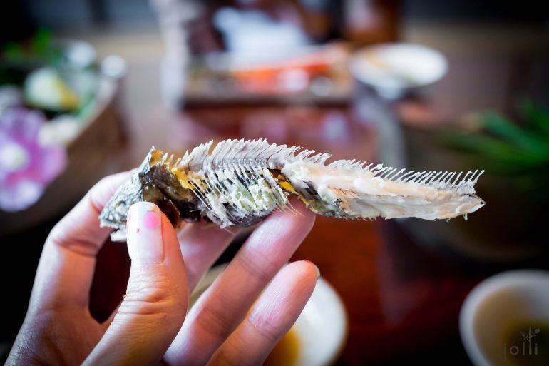 起出鲇鱼的鱼骨及内脏
