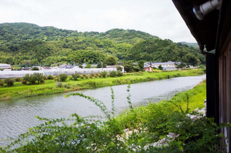 食材从餐厅旁边的玉岛川河捕获