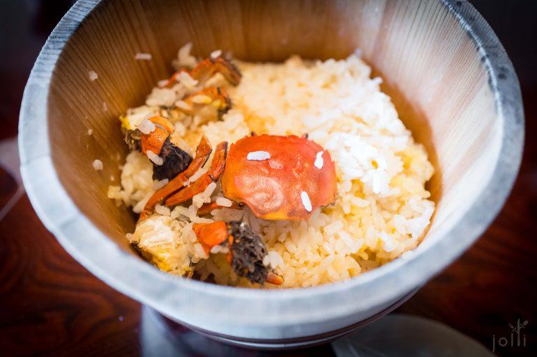 木桶里有两只蟹及米饭