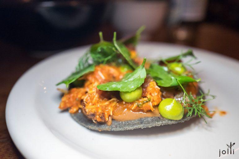 岩蟹、鱷梨醬、蒔蘿及焦莎莎醬玉米脆餅