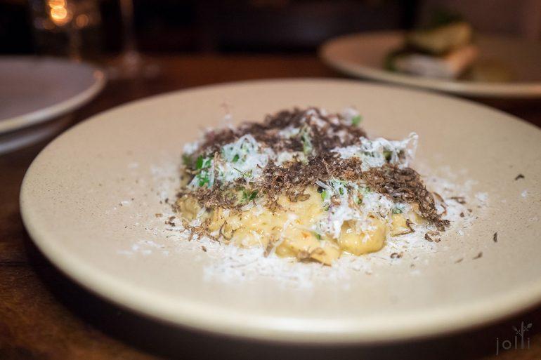 宝仙尼菌烩饭,撒有黑松露及夏威夷果