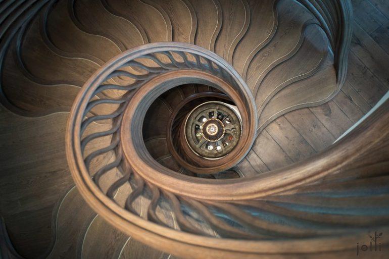 餐厅内的螺旋曲线楼梯