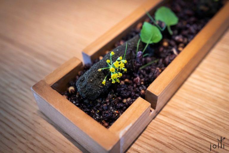 发酵花汁煮紫胡萝卜配黑蒜