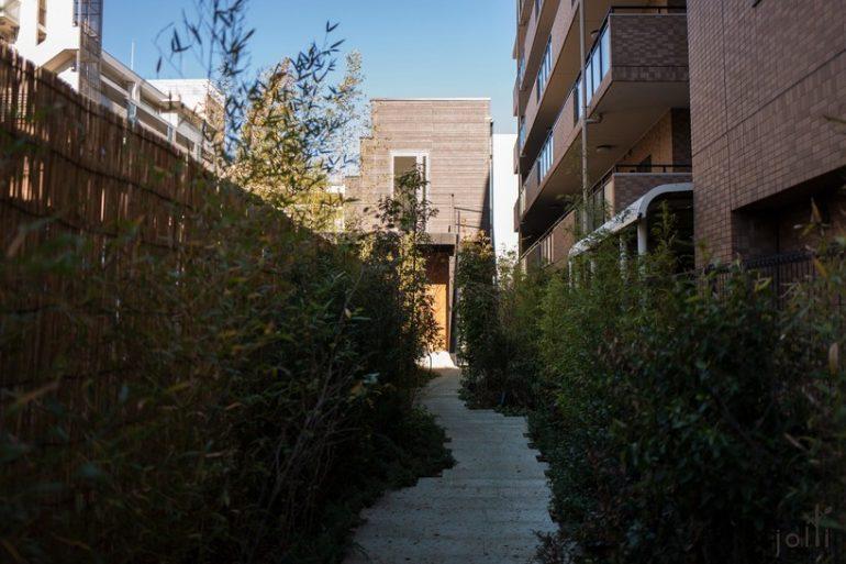 走進建築再經過小花園