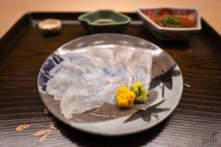 比目鱼刺身配以盐、渍菊及山葵