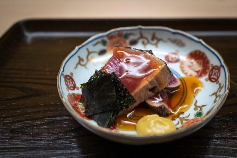 藁熏鰹魚配出汁醬汁、紫菜及芥末