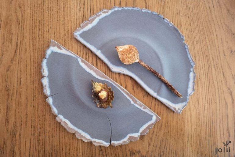 棉花糖裹香草冰淇淋及巧克力脆片搭巧克力奶油和榛实