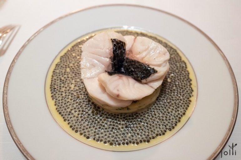 海鲈鱼配中国鱼子酱和白奶油酱汁