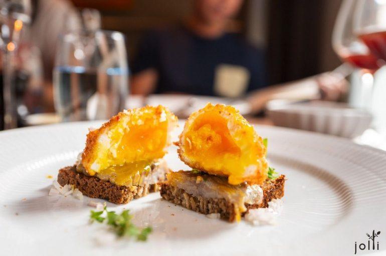 咖喱白鲱鱼配流心炸蛋Smørrebrød
