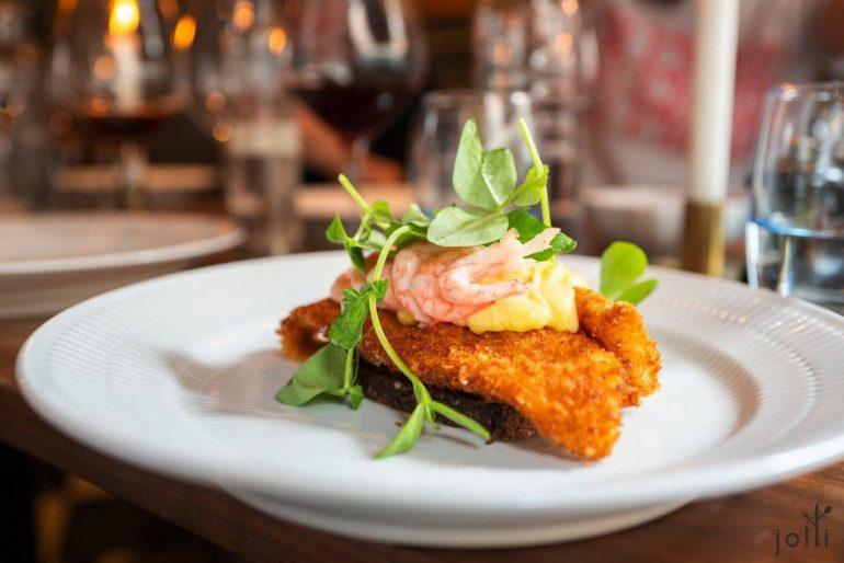 炸鰈魚柳配以小蝦跟調味蛋黃醬Smørrebrød