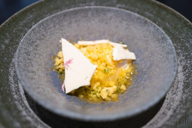 桃子雪葩及冰沙配干草冰淇淋及蜜糖蛋白脆片
