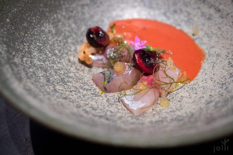 竹荚鱼搭樱桃、渍白醋栗和樱桃凉汤