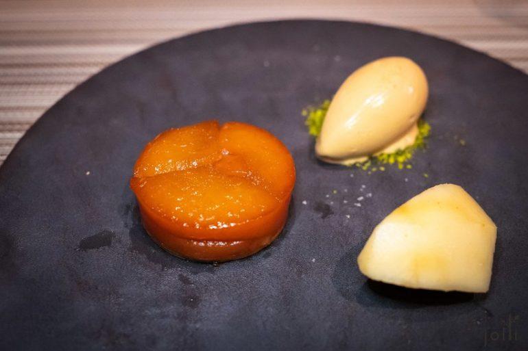 山梨桃子配桃子酱汁、杏仁味牛奶冰淇淋及椰子蛋奶酥