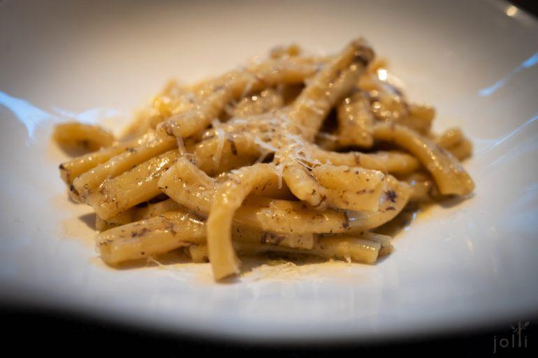 「Strozzapreti」配鸡汤黄油汁、黑松露和帕尔马干酪