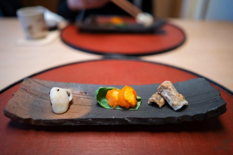 清酒煮鮑魚、乾柿子黃身鮨及炸牛蒡