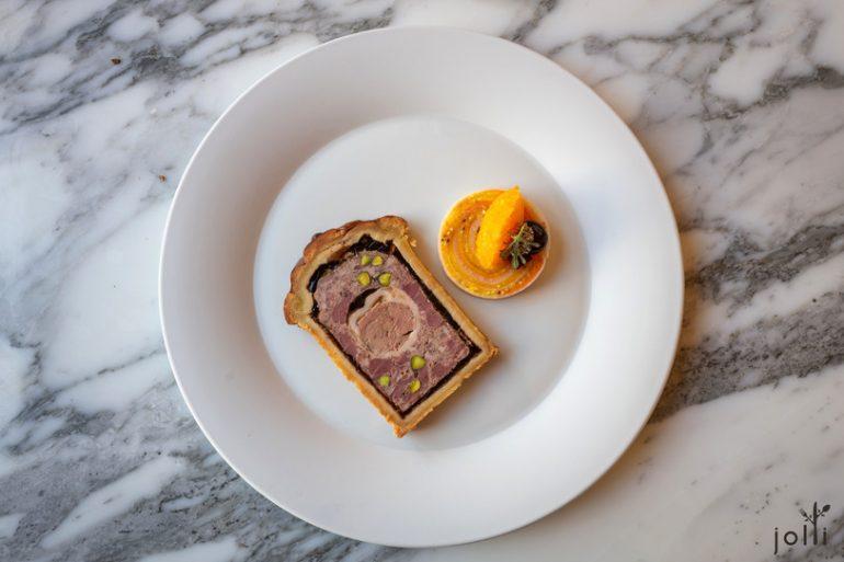 畢勾黑毛豬肉、鴨肝、鵝肝及開心果的法式冷盤肉派