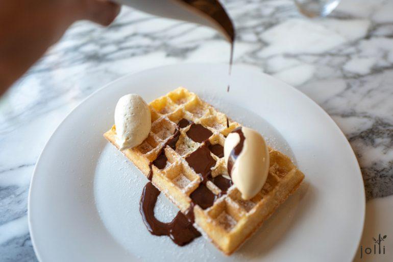 比利时华夫饼配香草冰淇淋、尚蒂伊奶油及巧克力酱